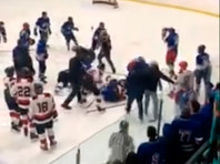 В Канаде тренер, разнимая дерущихся хоккеистов, не выдержал и стал бить соперников клюшкой