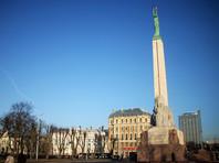 В Латвии двух военных США оштрафовали за то, что они справили нужду на памятник Свободы