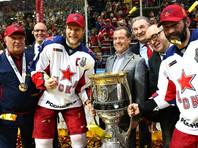 Премьер-министр РФ вместе с Третьяком и президентом КХЛ Дмитрием Чернышенко принял участие в торжественном награждении, вручив победителям медали с лентами прошлогоднего сезона