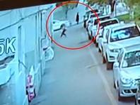В городе Кульджа (Инин) водитель, выйдя из машины, поймал в руки упавшего с пятого этажа ребенка