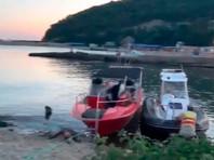 В пятницу вечером в Черном море около Джубги опрокинулось прогулочное судно, на борту которого находились 43 человека. Два человека погибли, четырех человек с судна еще ищут. Выжившие, по предварительным данным, не нуждаются в госпитализации