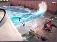 """Во время землетрясения в Калифорнии волна """"цунами"""" в бассейне чуть не смыла женщину"""