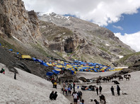 Пещера Амарнатх находится на высоте более 3,8 км, она превращена в храм. Большую часть года пещера скрыта снегом, в летнее время тысячи индусов совершают паломничество в этот храм