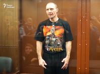 """На процессе Малышевский рассказывал, что выбил стекло автозака ногой, так как пытался """"докричаться"""" до силовиков, избивавших протестующих. Вину он не признал"""
