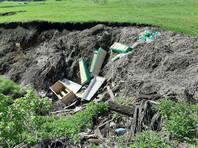 Башкирский активист Руслан Нуртдинов во время объезда стихийных свалок обнаружил вблизи кладбища сброшенные в овраг гробы и мусульманские саваны